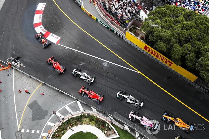 Даніель Ріккардо, Red Bull Racing RB14 попереду Себастьяна Феттеля, Ferrari SF71H, Льюіса Хемілтона