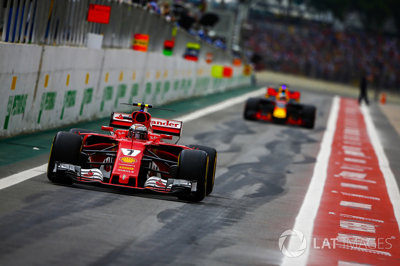 Kimi Raikkonen, Ferrari SF70H, Daniel Ricciardo, Red Bull Racing RB13, fuera de pits