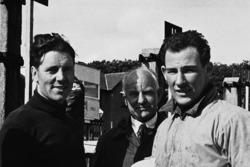Geoff Duke y Stirling Moss hablan en boxes