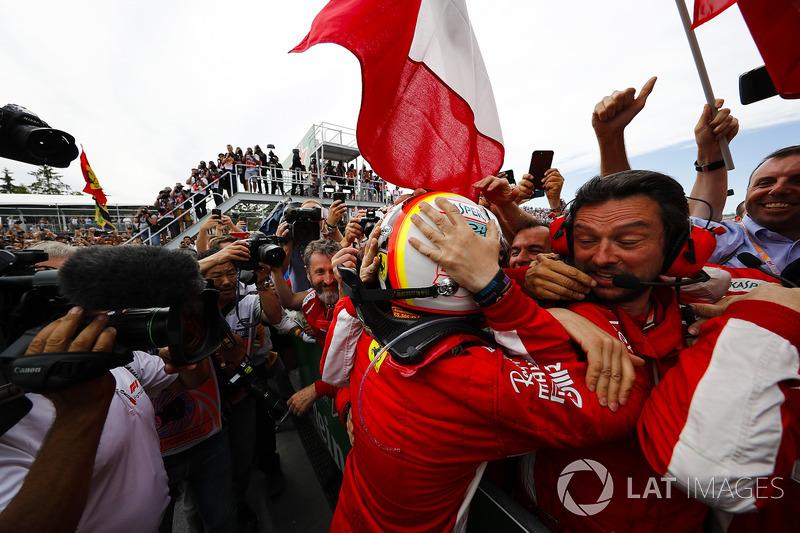 Sebastian Vettel, Ferrari, festeggia la vittoria con il suo team, nel parco chiuso
