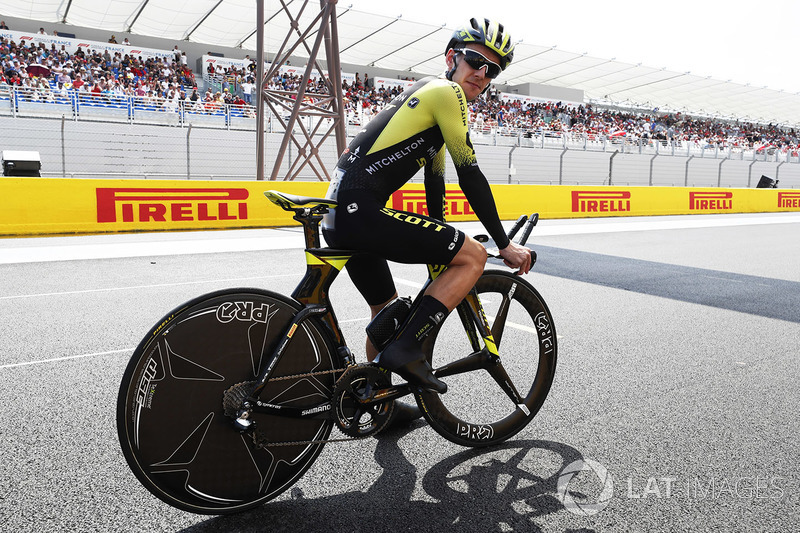 Pesepeda Simon Yates, Michelton-Scott, mengitari trek dengan sepeda