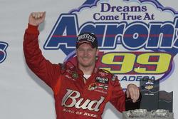 Il vincitore della gara Dale Earnhardt Jr.
