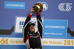 Podio: il vincitore della gara Rob Huff, All-Inkl Motorsport, Citroën C-Elysée WTCC