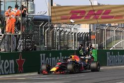 Il vincitore della gara Daniel Ricciardo, Red Bull Racing RB14 prende la bandiera a scacchi