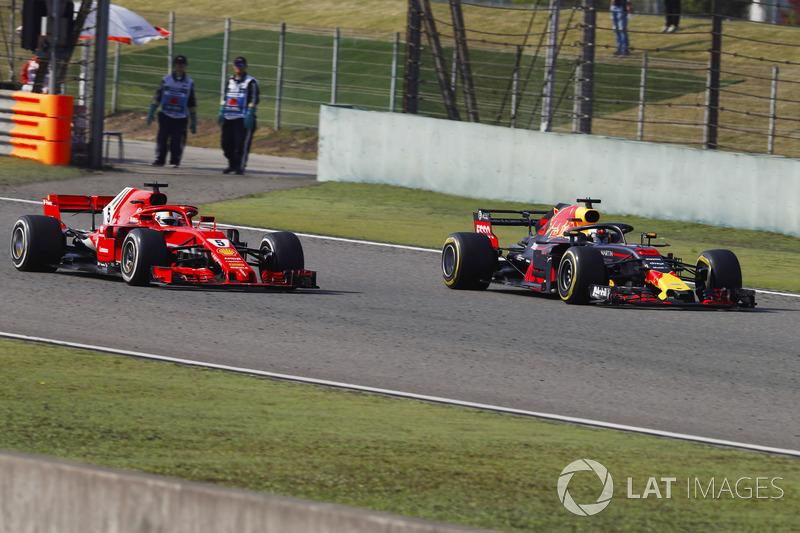 Daniel Ricciardo, Red Bull Racing RB14 Tag Heuer, passes Sebastian Vettel, Ferrari SF71H