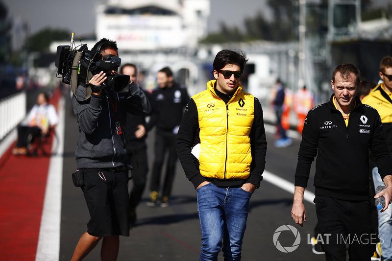 Carlos Sainz Jr., Renault Sport F1 Team es grabado mientras camina por el circuito