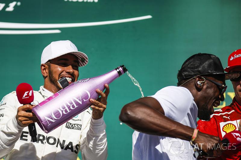 Podio: ganador de la carrera Lewis Hamilton, Mercedes AMG F1 con Usain Bolt