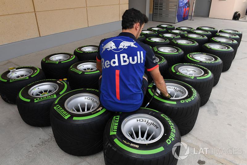 Mécanicien Scuderia Toro Rosso et pneus Pirelli