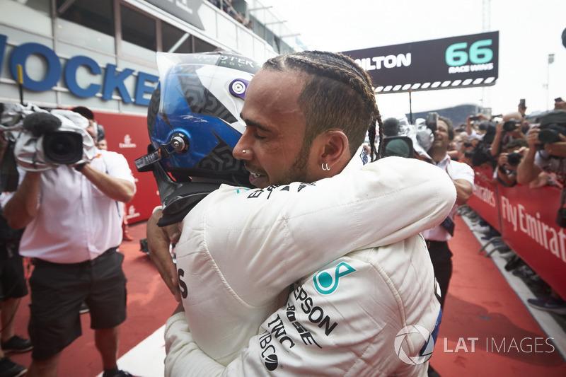 Valtteri Bottas, Mercedes AMG F1, et le vainqueur Lewis Hamilton, Mercedes AMG F1, fêtent leur doublé dans le parc fermé