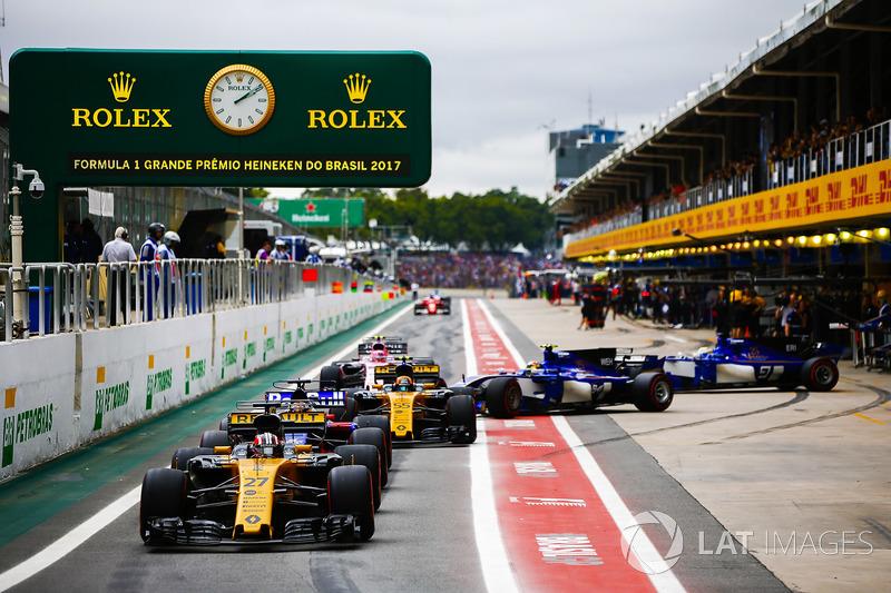 Nico Hulkenberg, Renault Sport F1 Team RS17, Brendon Hartley, Scuderia Toro Rosso STR12, Carlos Sain