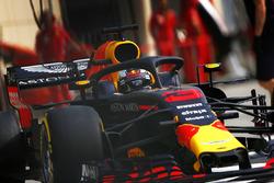 Daniel Ricciardo, Red Bull Racing RB14 Tag Heuer, sort des stands