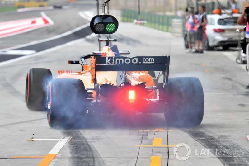 Fernando Alonso, McLaren MCL33 fait un burn en sortant des stands