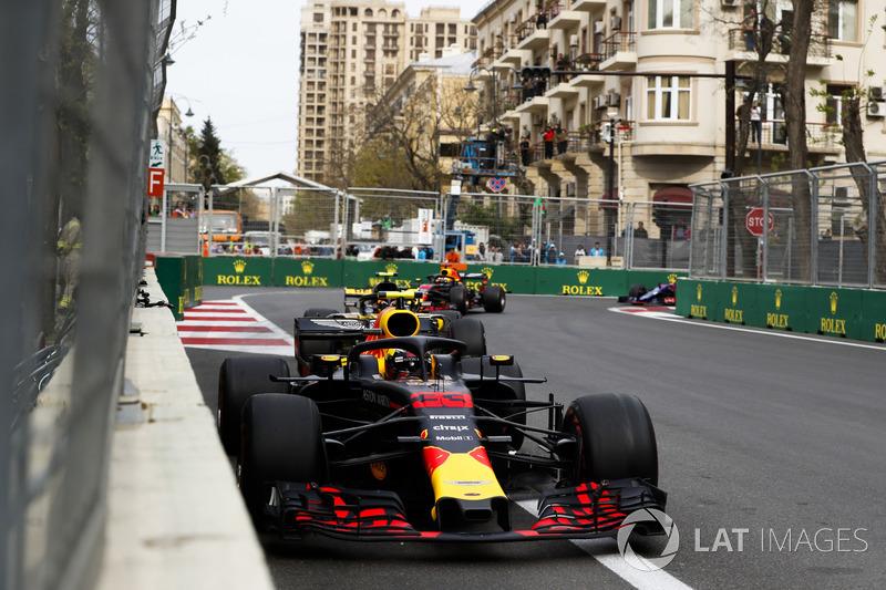 Max Verstappen, Red Bull Racing RB14 Tag Heuer, Carlos Sainz Jr., Renault Sport F1 Team R.S. 18, Daniel Ricciardo, Red Bull Racing RB14 Tag Heuer