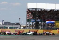 Розворот Льюіса Хемілтона, Mercedes-AMG F1 W09, після контакту з Кімі Райкконеном, Ferrari SF71H, на старті перегонів