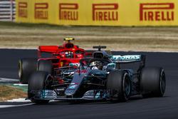 Lewis Hamilton, Mercedes AMG F1 W09, lidera a Kimi Raikkonen, Ferrari SF71H