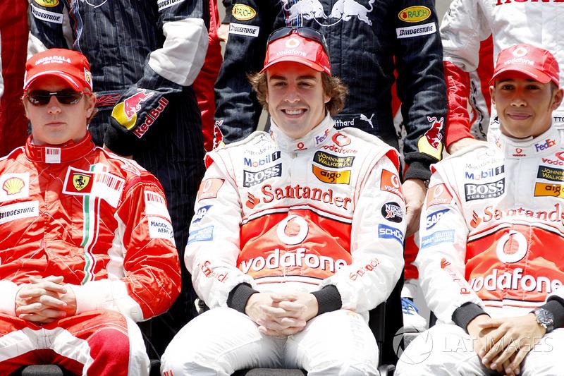 Foto de grupo de pilotos: con los contendientes por el título Kimi Raikkonen, Ferrari F2007, McLaren MP4-22 y Fernando Alonso, Lewis Hamilton, McLaren MP4-22 en la primera fila