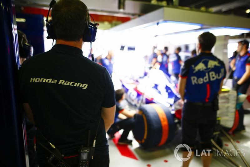 Toro Rosso y los ingenieros de Honda en el garaje