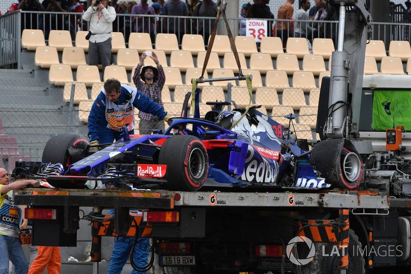 La voiture accidentée de Brendon Hartley, Scuderia Toro Rosso STR13 est ramenée après les FP3