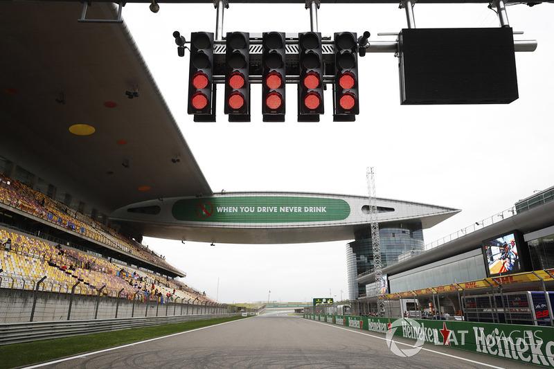 Fully lit start-finish lights above the start grid