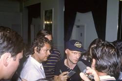 Niki Lauda, McLaren MP4/1B, pilotların grev tehditi hakkında röportaj veriyor