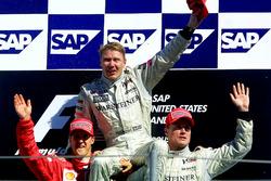Podio: segundo lugar Michael Schumacher, Ferrari, ganador Mika Hakkinen, McLaren y tercero David Coulthard, McLaren