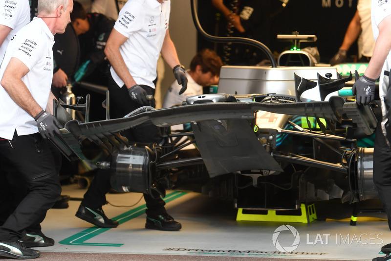 Cambio dell'ala anteriore sulla monoposto di Lewis Hamilton, Mercedes-AMG F1 W09