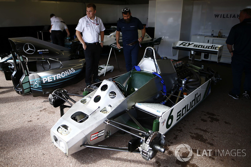 Miembros de Williams y Mercedes junto al Williams FW08 Ford Cosworth de 1982 de Keke Rosberg y el Mercedes W07 de 2016 de Nico Rosberg
