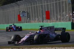 Sergio Perez, Force India VJM10, devant Carlos Sainz Jr., Scuderia Toro Rosso STR12