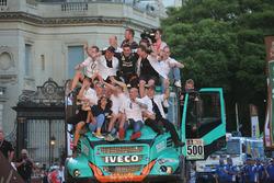 #500 Team De Rooy, IVECO: Gerard De Rooy, Moi Torrallardona, Darek Rodewald with the team