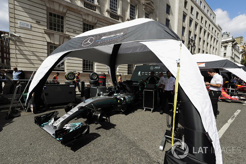 Mercedes Engineers set up their Mercedes AMG F1 W08