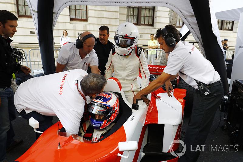 Jenson Button, McLaren, takes Naomi Campbell en un paseo en 2 en el coche de plazas