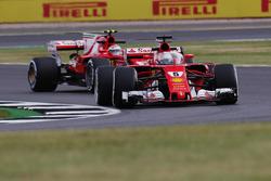 Sebastian Vettel, Ferrari SF70H, mit Cockpitschutz Shield, vor Kimi Raikkonen, Ferrari SF70H