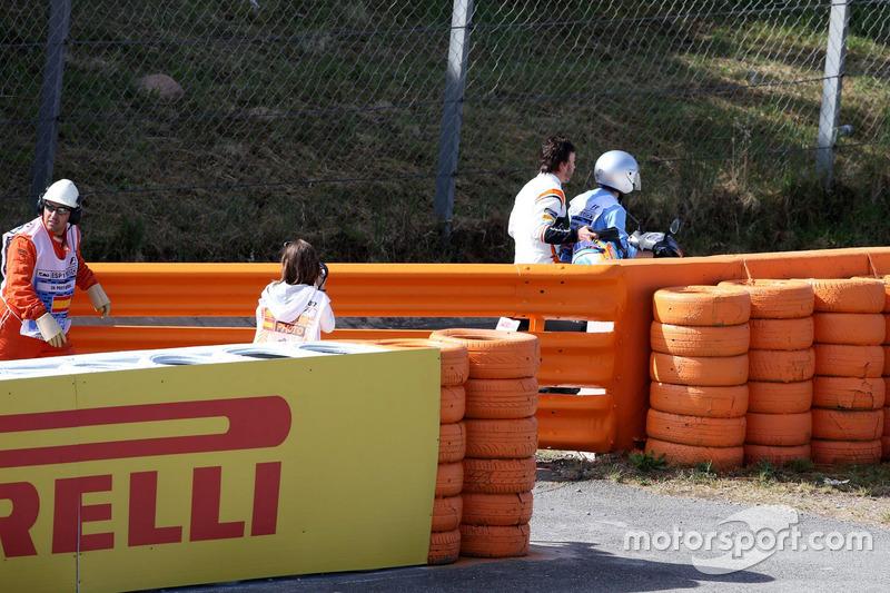 Fernando Alonso, McLaren MCL32 detenido en la pista en la FP1