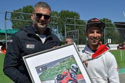 Marco Melandri riceve un riconoscimento per la ricorrenza dei 20 anni dalla conquista del titolo italiano