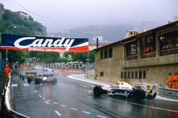 Stefan Bellof, Tyrrell 012-Ford, mengejar Rene Arnoux dan Ayrton Senna