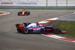Carlos Sainz Jr., Scuderia Toro Rosso STR12, gira al inicio frente de Fernando Alonso, McLaren MCL32