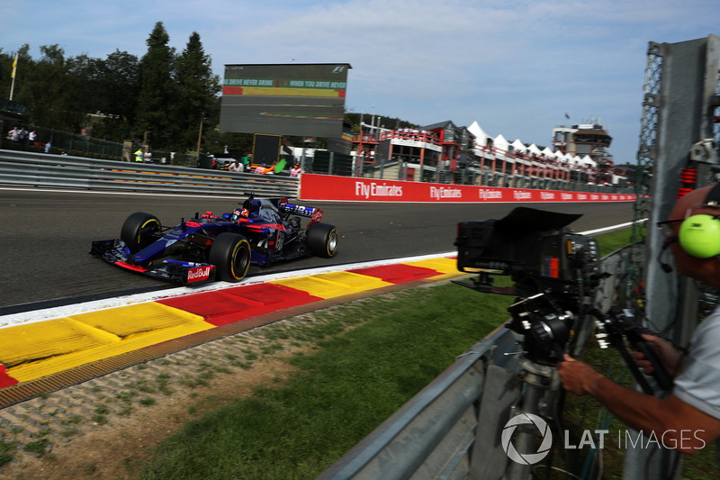 Carlos Sainz Jr., Scuderia Toro Rosso STR12 and cameraman