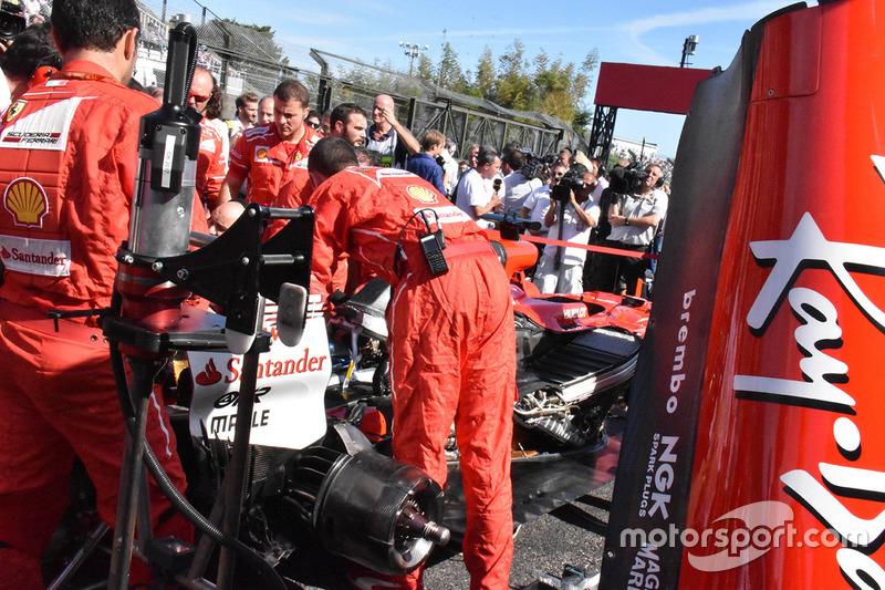 Coche de Sebastian Vettel, Ferrari SF70Hen la parrilla de salida