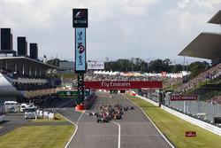 Lewis Hamilton, Mercedes AMG F1 W08, Sebastian Vettel, Ferrari SF70H, Max Verstappen, Red Bull Racing RB13, Daniel Ricciardo, Red Bull Racing RB13, the rest of the field at the start