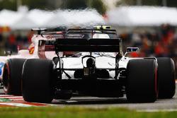 Lance Stroll, Williams FW40, derrière Sergio Perez, Sahara Force India F1 VJM10