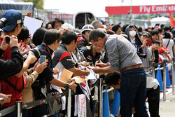 Guenther Steiner, Haas F1 Team Principal signs autographs for the fans