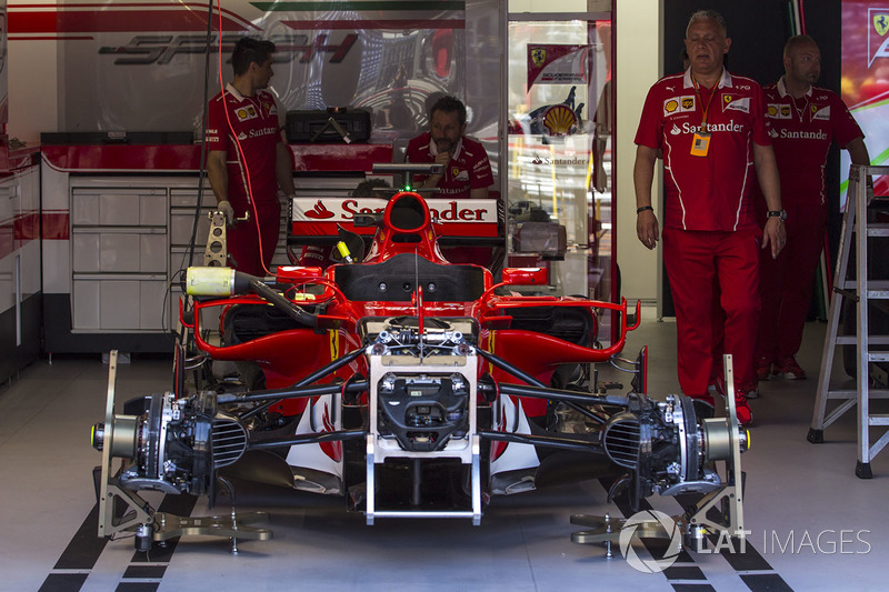 Ferrari SF70-H en el box