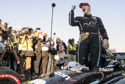 Le Champion 2017 Josef Newgarden, Team Penske Chevrolet fête son titre
