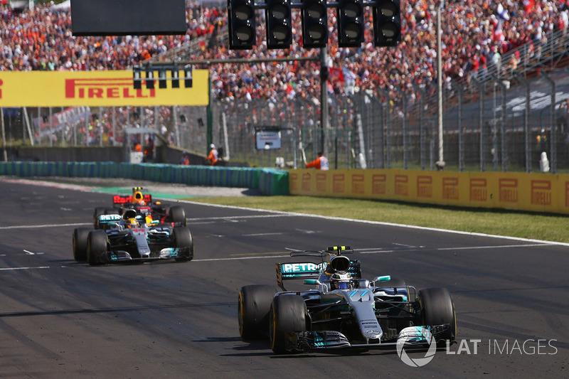Valtteri Bottas, Mercedes AMG F1 W08, Lewis Hamilton, Mercedes AMG F1 W08 y Max Verstappen, Red Bull Racing RB13