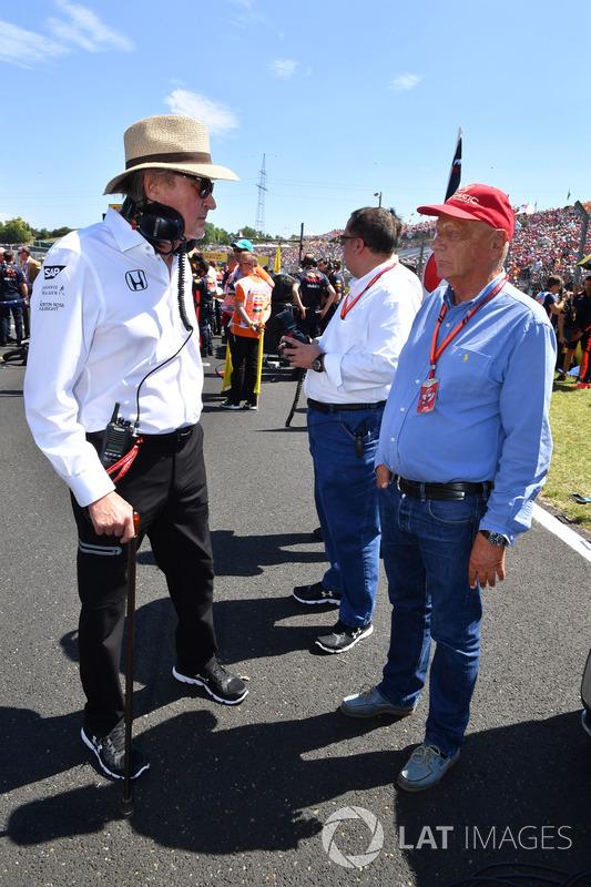 Niki Lauda, Presidente no ejecutivo de Mercedes AMG F1 W08 y Mansour Ojjeh, TAG en la parrilla