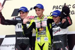 Podium: 1. Valentino Rossi; 2. Alex Barros; 3. Loris Capirossi