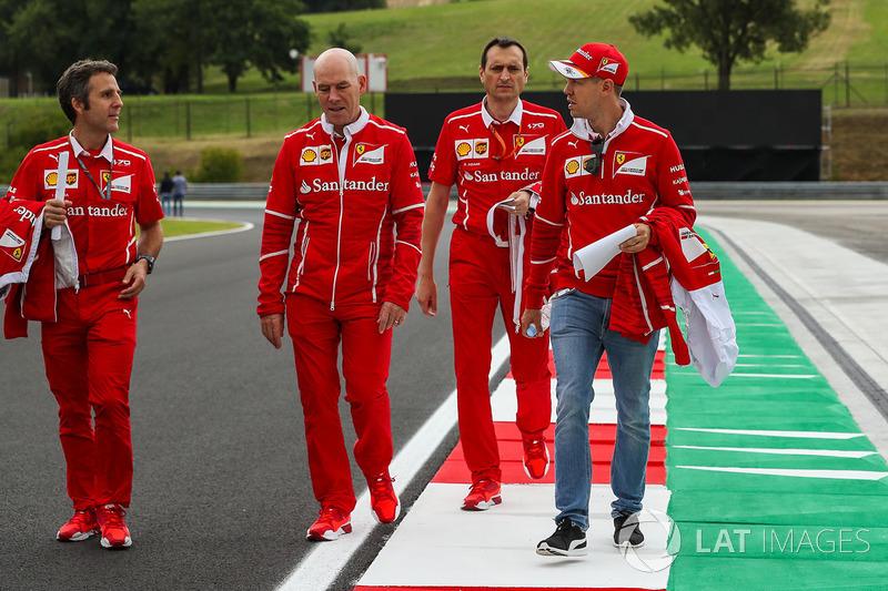 Sebastian Vettel, Ferrari camina la pista con Jock Clear, ingeniero jefe de Ferrari, Riccardo Adami, Ingeniero de carrera de Ferrari