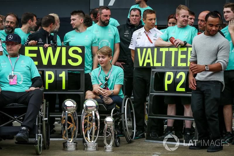 Біллі Монгер, Ніколас і Льюіс Хемілтон, Mercedes AMG F1, з командою