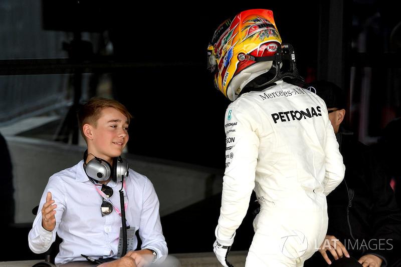 Ganador de la carrera Lewis Hamilton, Mercedes AMG F1 celebra en parc ferme con Billy Monger