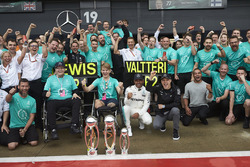 Yarış galibi Lewis Hamilton, Mercedes AMG F1Valtteri Bottas, Mercedes AMG F1 ve Billy Monger